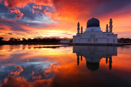 日の出マレーシア、サバ州、ボルネオ島のコタキナバル市モスクの美しい 報道画像