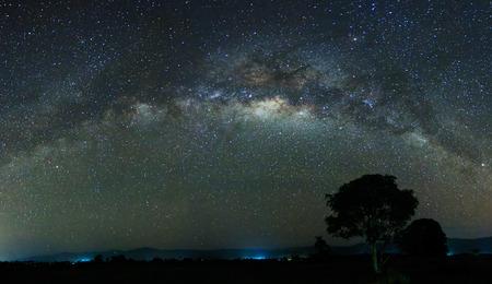 melkachtig: Panoramisch schot van de Melkweg op Sabah, Oost-Maleisië, Borneo Stockfoto