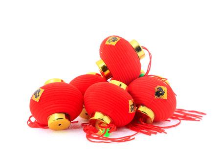 白い背景の上に装飾のための小さな赤い中国の提灯のグループ。 中国語は幸運を意味する。