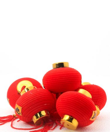 Groep kleine rode Chinese lantaarns voor decoratie over witte achtergrond. Het Chinese woord betekent fortuin. Stockfoto