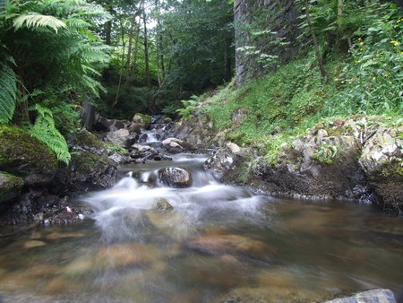 thou: stream of water cascading thou rocks in the lake district Stock Photo