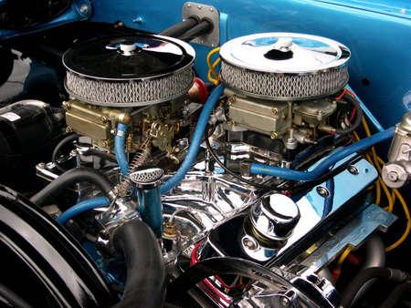 두 개의 기화기 꼭대기에 앉아있는 두 개의 크롬 공기 필터로 구성된 깨끗한 엔진 칸.