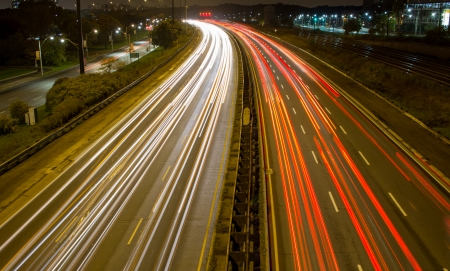 light trail: Rastro ligero en una autopista congestionada Foto de archivo