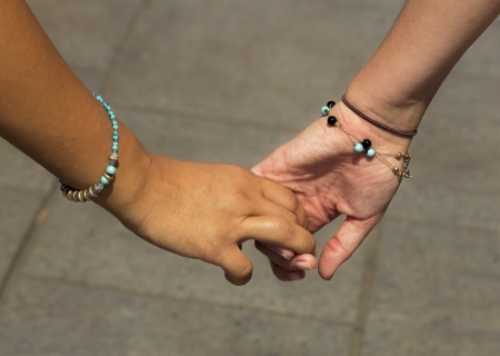 girls holding hands: Las ni�as de la mano