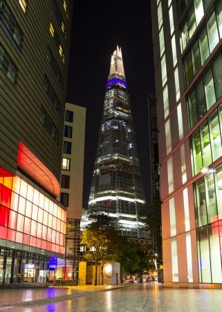 ロンドン、イギリス - 2013 年 9 月 26 日夜シャードにいくつかのカラフルな建物の後部にシャードは 2012 年 7 月にオープンした 87 階建て超高層ビル