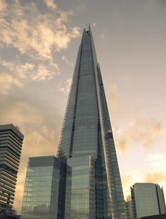 ロンドン、イギリス - 2013 年 6 月 15 日暖かい一見シャードを作成する、それの後ろに太陽と夕日に向かってロンドンの破片は 2012 年 7 月にオープン 報道画像