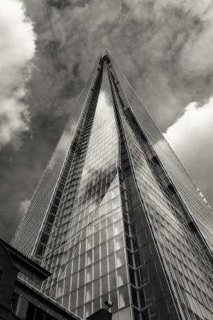 ロンドン、イギリス - 2013 年 6 月 29 日ロンドン サザークでこの美しいランドマークの破片は 72 の床を含む広範な最新のオフィス、ホテル、レストラン、観覧ギャラリーと住宅アパートに設定したがって t 黒と白で撮影されました。 写真素材 - 23141218