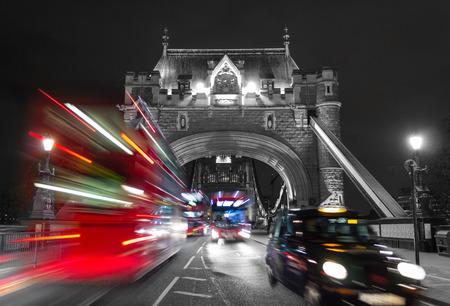 nighttime: Una vista de la entrada al puente de la torre con el tr�fico t�pico de Londres, con un efecto de mezcla de color