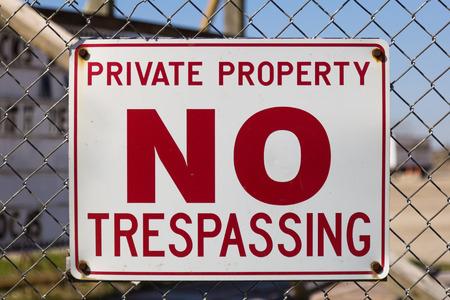 no trespassing: Una se�al de advertencia de que la zona es propiedad privada y prohibido el paso permitido Foto de archivo