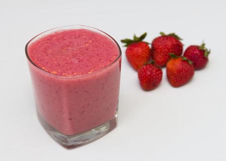 erdbeer smoothie: Strawberry Smoothie in einem Glas Lizenzfreie Bilder