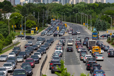 shephard: TORONTO, CANADA - 13 giugno 2014 Traffico pesante sulla strada Shephard Avenue a Toronto