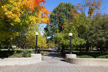 confederation: OTTAWA, CANADA - 12 ottobre 2014: Un ingresso al Parco Confederazione nel centro di Ottawa durante il giorno. La gente pu� essere visto nel parco Editoriali