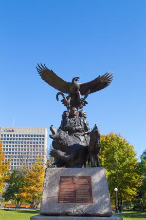 confederation: OTTAWA, CANADA - 12 ottobre 2014: Un monumento veterano di guerra in Canada verso l'ingresso del parco confederazione