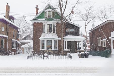 TORONTO, CANADA - 11 décembre 2014: Une maison à Toronto au cours d'une tempête de neige, montrant beaucoup de neige à l'extérieur du bâtiment Banque d'images - 36338570