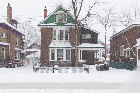 TORONTO, CANADA - 11TH DECEMBER 2014: A house in Toronto during a snow storm, showing lots of snow outside the building 新聞圖片