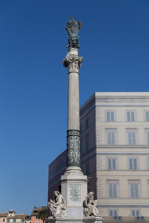 spagna: Column of the Immaculate Conception monument at Piazza di Spagna.