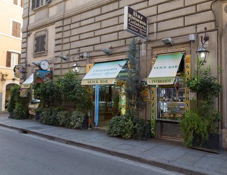 casse-cro�te: ROME, ITALIE - 12 MARS 2015: L'ext�rieur d'un snack-bar � Rome pendant la journ�e. Les plantes peuvent �tre vus en dehors