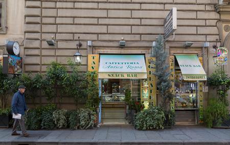 casse-cro�te: Rome, Italie - 12 MARS 2015: L'ext�rieur d'un snack-bar � Rome pendant la journ�e. Un homme peut �tre vu pass� la marche