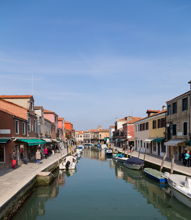 daniele: MURANO, ITALY - 14TH MARCH 2015: A view along Fondamenta Dei Vetrai and Fondamenta Daniele Manin footpaths in Murano during the day, showing shops, boats, buildings and people