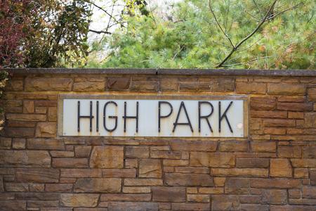 high park: TORONTO, CANADA - 11 maggio 2015: Un segno per High Park a Toronto. High Park � uno dei pi� grandi parchi di Toronto. Editoriali
