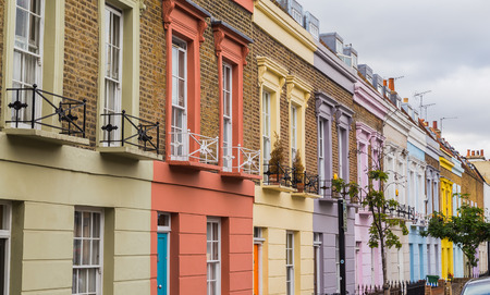 LONDRES, Reino Unido - 20 de julio de 2015: Edificios coloridos a lo largo de Hartland Road en Camden durante el día.