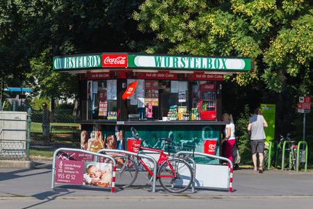 perro caliente: Viena, AUSTRIA - 4 de agosto de 2015: Un puesto de comida Wurstelbox en Viena durante el día. Las personas pueden ver fuera.