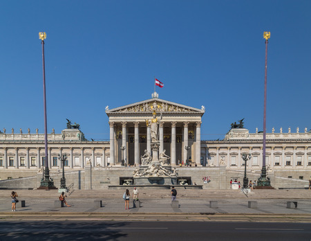 innere: VIENNA, AUSTRIA - 8TH AUGUST 2015: The outside of the Austrian Parliament building during the day. People can be seen outside.