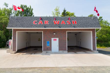 autolavaggio: Cape Breton, Canada - 7 luglio 2015: La parte esterna di un autolavaggio Self Service durante il giorno che mostra l'ingresso dove si vuole parcheggiare il vostro veicolo.