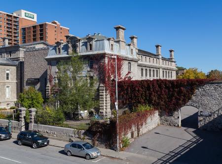 carcel: OTTAWA, CANADÁ - 12 de octubre de 2014: El exterior de una antigua cárcel que ha sido convertida en un hostal