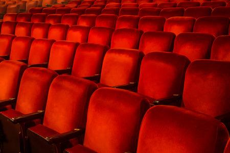 teatro: Filas de sillas rojas en el interior de un teatro, con copia espacio