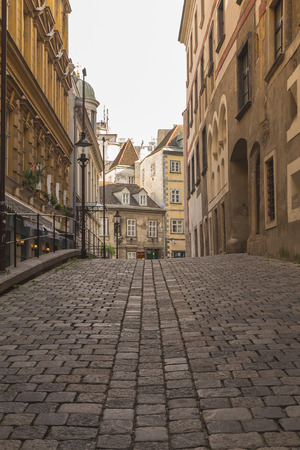 innere: VIENNA, AUSTRIA - 4TH OCTOBER 2015: Cobbled Streets along Griechengasse in Vienna during the day. The outside of buildings can be seen.