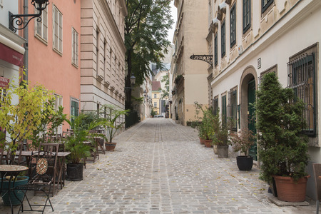 innere: VIENNA, AUSTRIA - 4TH OCTOBER 2015: Cobbled streets in Vienna during the day. The outside of buildings and patios can be seen.