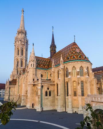 pescador: El exterior de la iglesia de Mat�as en Budapest, Hungr�a durante el d�a shownig la arquitectura g�tica. Editorial