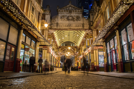 pascuas navideÑas: LONDON, UK - 22ND DECEMBER 2015: The outside of the Leadenhall Market in London at night during the Christmas Season. People can be seen.
