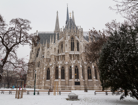 innere: The outside of the Votive Church in Vienna during the day in the winter. Snow can be seen. Stock Photo