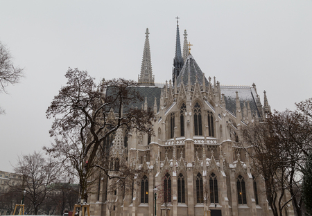 innere: The outside of the Votive Church in Vienna during the day in the winter.