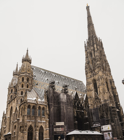 innere: VIENNA, AUSTRIA - 5TH JANUARY 2016: A low view of St. Stephens Cathedral (Stephansdom) at Stephansplatz in Vienna during the winter. Snow can be seen on the building.