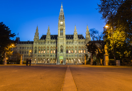 innere: VIENNA, AUSTRIA - 22ND APRIL 2016: The outside of the Rathaus (Vienna City Hall) at night front the front. People can be seen.