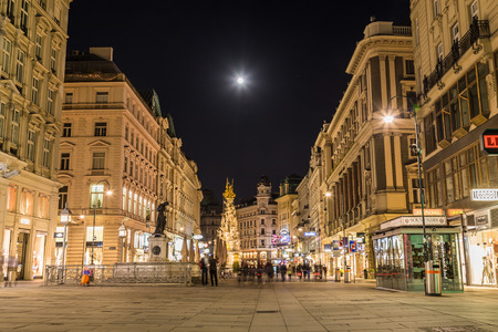 innere: VIENNA, AUSTRIA - 22ND APRIL 2016: A view along the Graben in Vienna at night. The outside of buildings and the blur of people can be seen.