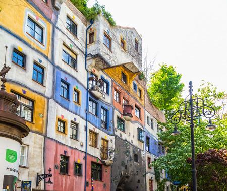 VIENNA, AUSTRIA - 8 maggio 2016: Vista laterale del Hundertwasserhaus durante il giorno in estate.