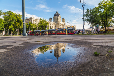 innere: VIENNA, AUSTRIA - 12TH JUNE 2016: The outside of the KH Museum in Vienna. A red tram and people can be seen.