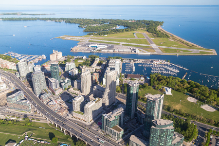 plan éloigné: TORONTO, CANADA - 6TH JUNE 2015: A view towards Toronto Billy Bishop Airport and Lake Ontario from the air Éditoriale
