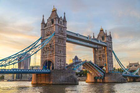Tower Bridge w Londynie o zachodzie słońca. To jeden z najstarszych mostów i zabytków oraz popularna atrakcja turystyczna.