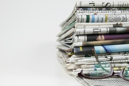 reporter: pile de journaux Banque d'images