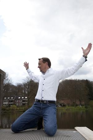 hanging around: el hombre vestido casual dando vueltas