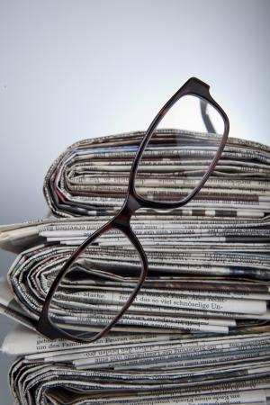 gafas de lectura: peri�dico con gafas de lectura