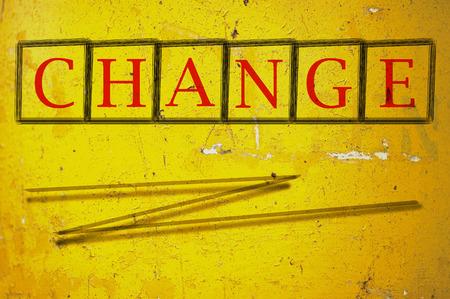 modificar: cambiar Escrito sobre un fondo de pared Foto de archivo