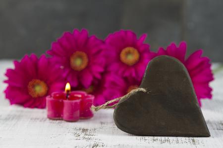 esoterismo: concepto de amor con gerbera rosa y el signo en forma de corazón Foto de archivo