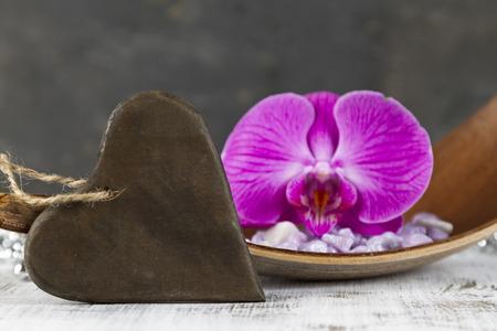 esoterismo: Concepto del amor con la muestra en forma de un coraz�n y rosa orqu�dea Foto de archivo