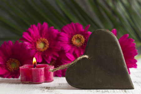 esoterismo: love concept with pink gerbera and heart shaped sign Foto de archivo